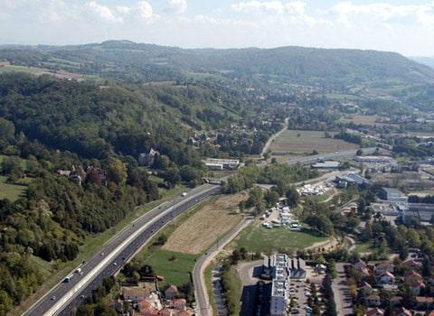 étalement urbain à Bourgoin-Jallieu en Rhône-Alpes : autoroutes et constructions nouvelles mitent les terres naturelles et agricoles