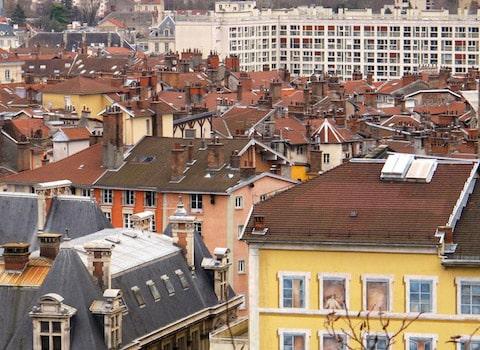 Vue des toits de Grenoble et des cheminées séismes