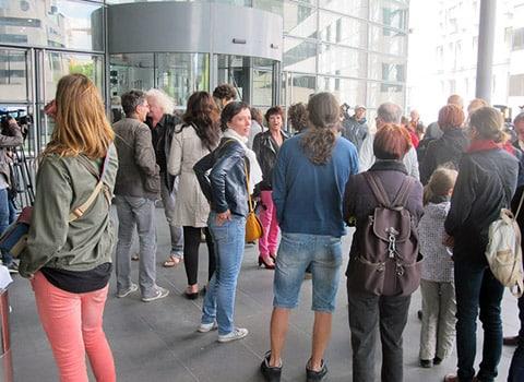 Habitants devant le tribunal correctionnel de Grenoble contre le reportage Villeneuve le rêve brisé d'Envoyé Spécial. © A.K - placegrenet.fr