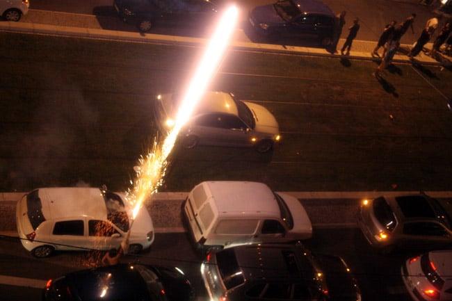 Un supporter lance une fusée de feu d'artifice à côté de la voie du tram E sur le cours Jean Jaurès à Grenoble à l'occasion de la qualification de l'Algérie pour les huitièmes de finale.