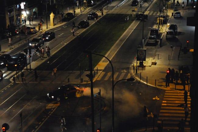 Un supporter effectue un burn out en faisant crisser ses pneus en rond avec sa voiture à côté de la voie du tram E pour narguer les CRS sur le cours Jean Jaurès à Grenoble à l'occasion de la qualification de l'Algérie pour les huitièmes de finale.