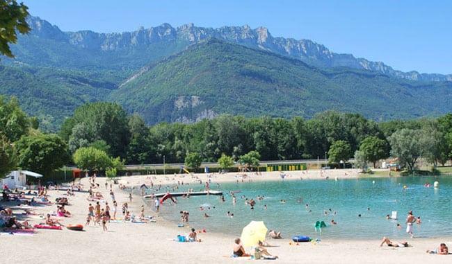 Lac de la Terrasse base de loisirs plage lac parasols baigneurs montagne arbres