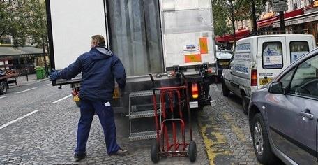 livraison d'un camion en double-file en ville. © Transfrigoroute France