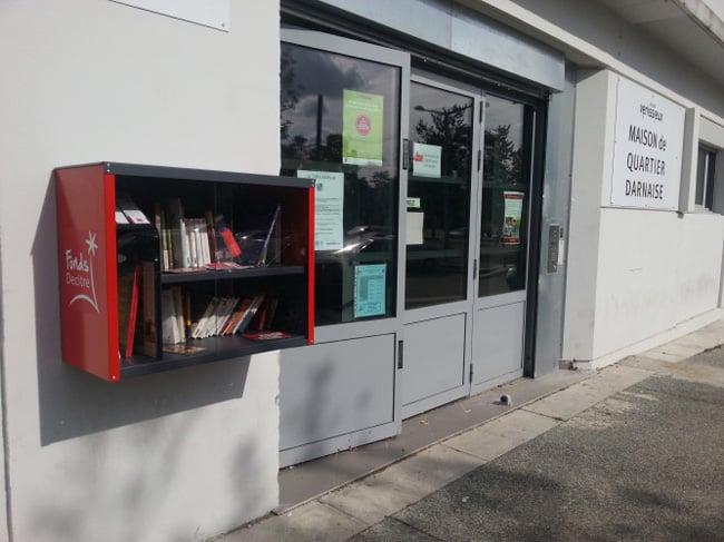 boîte à lire devant la maison de quartier de la Darnaise à Vénissieux (photo Fonds Decitre)