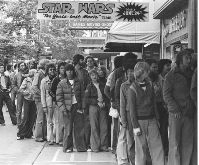La queue devant les cinémas pour la sortie d'un Star Wars. Peut-être la naissance du phénomène Geek…