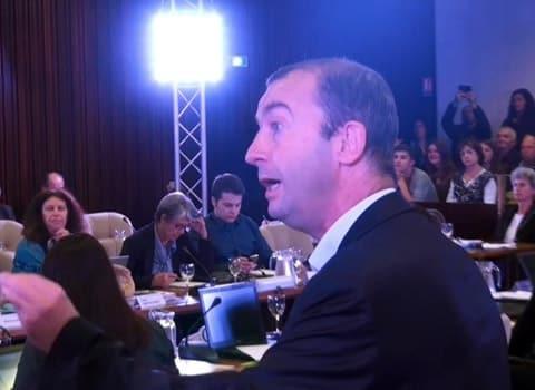 Matthieu Chamussy, président du groupe UMP - UDI quitte le conseil municipal de Grenoble le 27 octobre 2014, suite au refus d'Eric Piolle de lui accorder un droit de réponse.