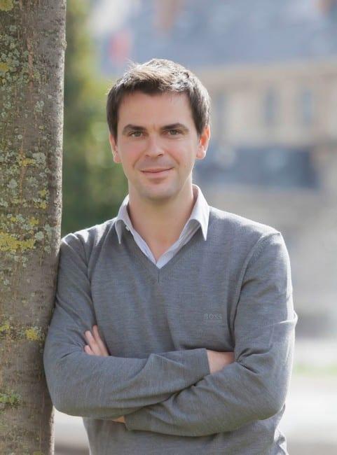 Olivier Véran, sans veste, député socialiste de l'Isère rallié à Macron © DR