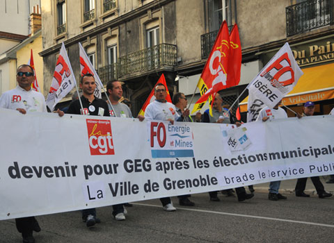 Manifestants salariés de GEG derrière une banderole dans les rues de Grenoble suite à la perte annoncée du marché de l'éclairage public par la Sem Gaz et électricité de Grenoble. © Muriel Beaudoing - placegrenet.fr