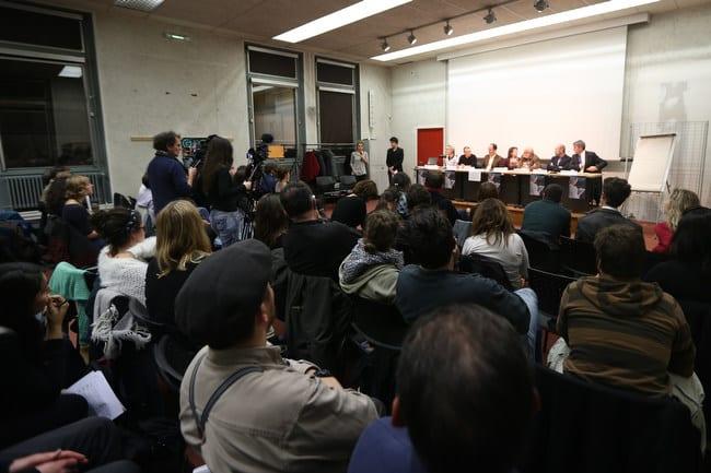Vue de la salle depuis le public lors du débat public Place Gre'net à Grenoble Hébergement d'urgence : quelles issues au fatalisme avec en arrière plan la table des intervenants