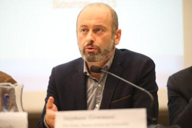 Stéphane Gemmani président du samu social Vinci-Codex lors du débat public Place Gre'net à Grenoble Hébergement d'urgence : quelles issues au fatalisme