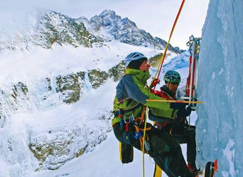 Festival Sciences et Montagnes dans le cadre des Rencontres du cinéma de Montagne à Grenoble : scientifiques faisant de l'alpinisme et des mesures sur un mur de glace