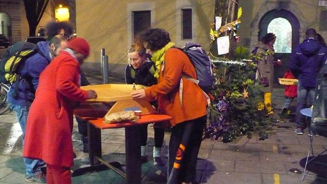 pot solidaire du 16 décembre 2014 dans la rue Très Cloîtres, organisé par le Café restaurant A l'affût- crédit photo Delphine Chappaz