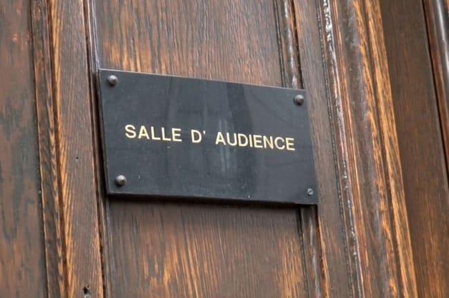 Porte d'une salle d'audience au tribunal administratif de Grenoble © Joël Kermabon - placegrenet.fr