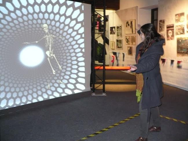 Mir'OS, toujours de bonne humeur, imite les mouvements des visiteurs - Musée dauphinois Delphine Chappaz