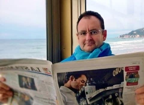 Jean-François Ponsot économiste grenoblois, membre élu au CA des économistes atterrés lisant le journal La Stampa. DR