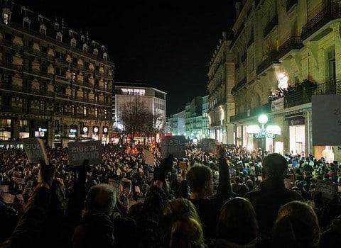 Rassemblement pour Charlie Hebdo, le 7 janvier dernier, rue Félix Poulat, à Grenoble © J-M Francillon