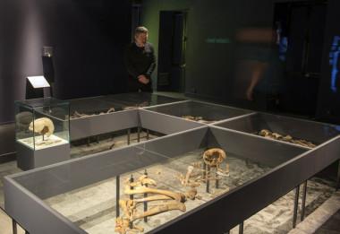 Exposition Confidences d'outre-tombe au musée dauphinois : squelettes ossements os © Denis Vinçon