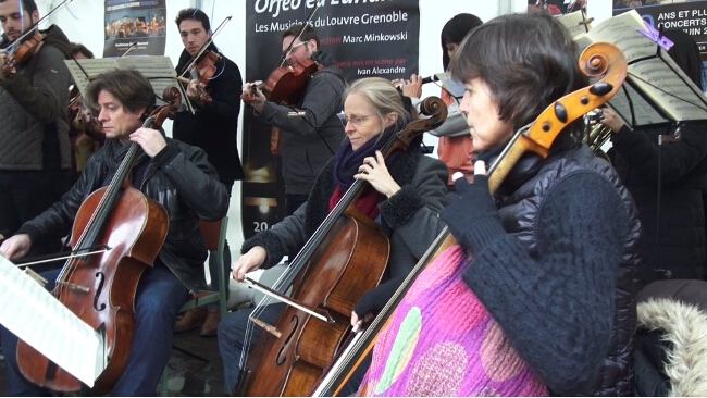 Les Musiciens du Louvre ont l'habitude de jouer en dehors des scènes dédiées, comme ici dans le centre-ville de Grenoble. © Joël Kermabon - Place Gre'net