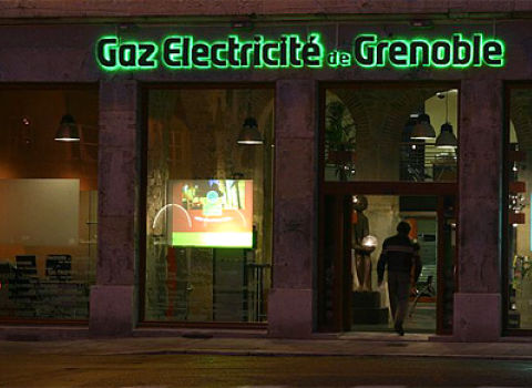 Enseigne verte de nuit Gaz et électricité de Grenoble © GEG