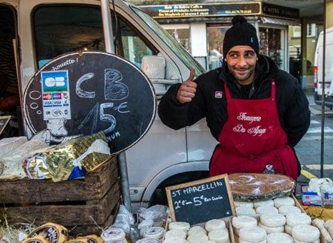 Un vendeur de fromages sur la marché Saint-Bruno à Grenoble. © Christian Rausch