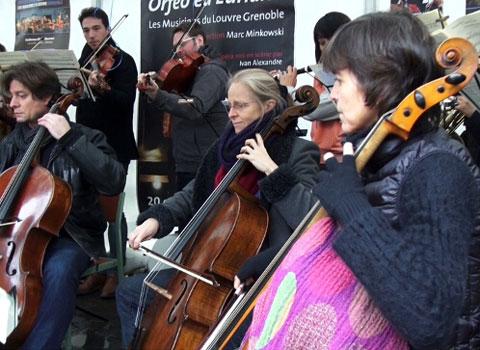 Les Musiciens du Louvre jouant au cours d'un concert gratuit, dans le centre-ville de Grenoble. © Joël Kermabon - placegrenet.fr
