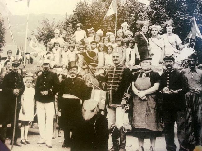 Fête du travail à la cité Rondeau, ancêtre du quartier Mistral à Grenoble, en 1936.