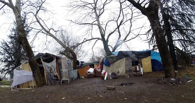 Bidonville avenue Edmond Esmonin à Grenoble avec des cabanes dans un camp abritant des Roms et des sans abris © Joël Kermabon - placegrenet.fr