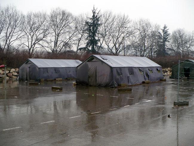 Des tentes marabouts dans le camp du CCAS à Grenoble pour l'hébergement de familles roms © Delphine Chappaz - placegrenet.fr