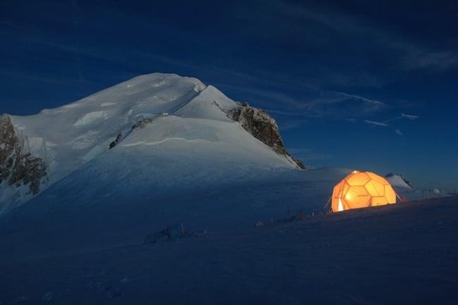 Tente de forage au col du Dôme, à 4.250m d'altitude au sommet du massif du Mont Blanc. En 2016, des carottes de glace y seront prélevées pour être acheminées et conservées en Antarctique. Crédit Bruno Jourdain, LGGE/OSUG/UJF