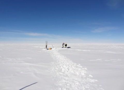 Forage en Antarctique en décembre 2013 : le changement climatique à la loupe des carottes de glace. Crédit Jérôme Chappellaz CNRS/LGGE