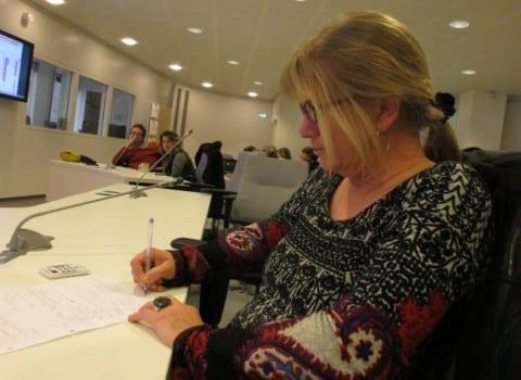 Marina Girod de l'Ain, adjointe à l'Evaluation Observation à Grenoble prend des notes, lors des premières rencontres de l'OBSY, vendredi 27 février 2015, © Séverine Cattiaux - placegrenet.fr