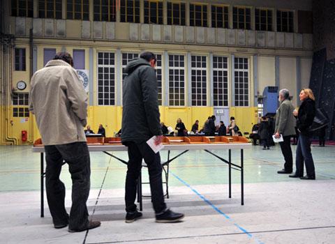 Des électeurs choisissent leur bulletin dans un bureau de vote dans Grenoble à l'occasion des élections départementales 2015 © Muriel Beaudoing - placegrenet.fr