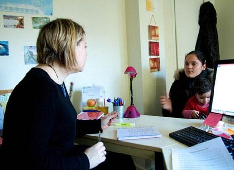 Entretien individuel d'une mère rom avec son enfant. © Roms Action