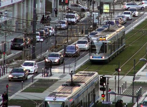 Trams sur le cours Jean Jaurès à Grenoble. La gratuité des transports en question - SMTC Semitag © Joël Kermabon - placegrenet.fr