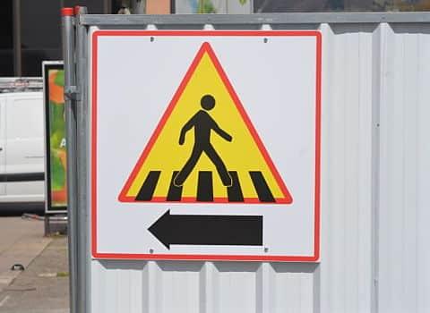 Panneau avec un piéton à contresens sur un chantier de BTP. © Sidonie Hadoux
