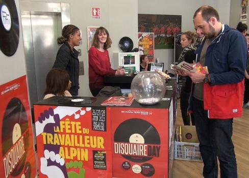Échanges autour d'un stand durant le Disquaire day de Grenoble - © Joël Kermabon - placegrenet.fr