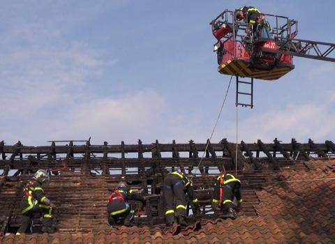 Les pompiers sécurisent la toiture du théâtre Prémol dévasté par l'incendie - © Joël Kermabon - placegrenet.fr