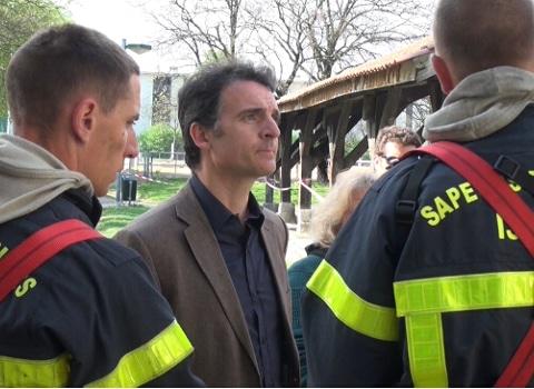 Eric Piolle avec les pompiers devant le théâtre Prémol incendié dans le quartier village olympique de Grenoble. © Joël Kermabon - placegrenet.fr