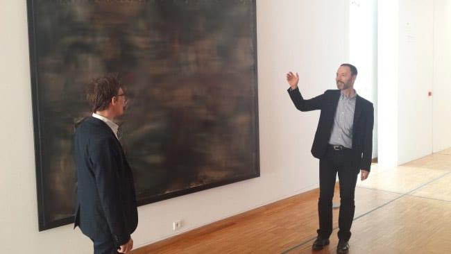 Guy Tosatto (à droite), directeur du musée de Grenoble, devant le tableau La Guerre face à Olivier Cogne (à gauche), directeur du musée de la résistance et de la déportation. © Ludovic Chataing