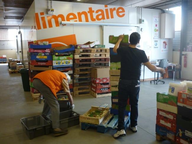 Les bénévoles de la banque alimentaire en action.