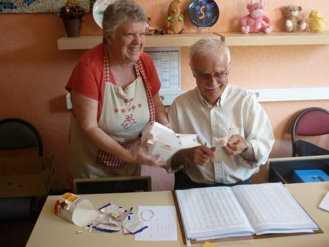 Les bénévoles proposent des chocolats aux ayants droit.