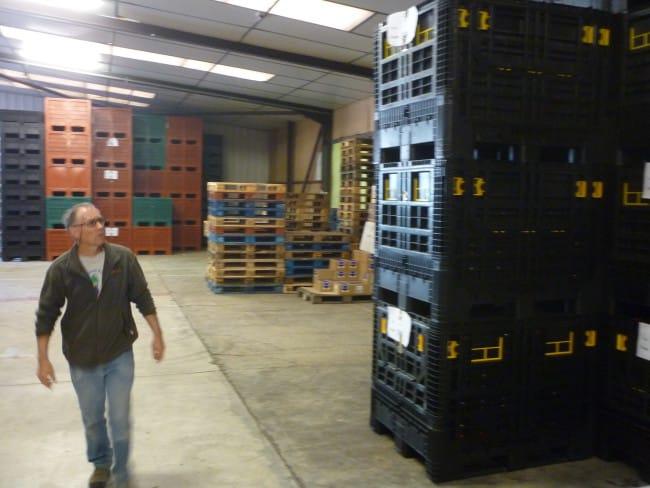 Un bénévole fait le tour du hangar de la banque alimentaire.