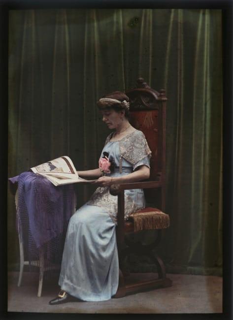 Madame Arnaud en tenue de soirée