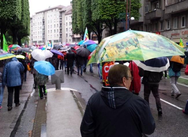 Manifestation du 1er mai 2015 à Grenoble, avec une forêts de parapluie. © Ludovic Chataing - placegrenet.fr