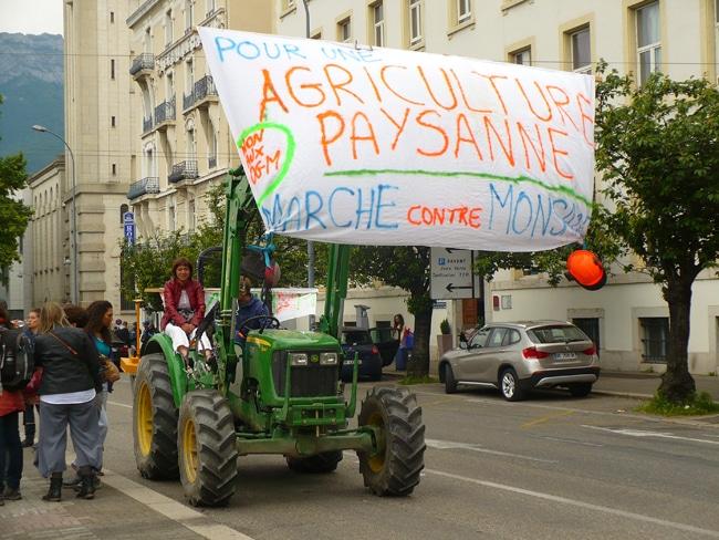 au départ de la marche contre Monsanto sur la place de la gare - crédit Delphine Chappaz
