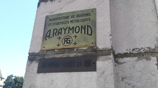 Plaque ARaymond à l'entrée du site de Grenoble. © Ludovic Chataing - placegrenet.fr