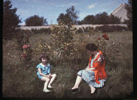 Solange et Francoise dans le jardin © Jean Jacques, collection Musée Dauphinois