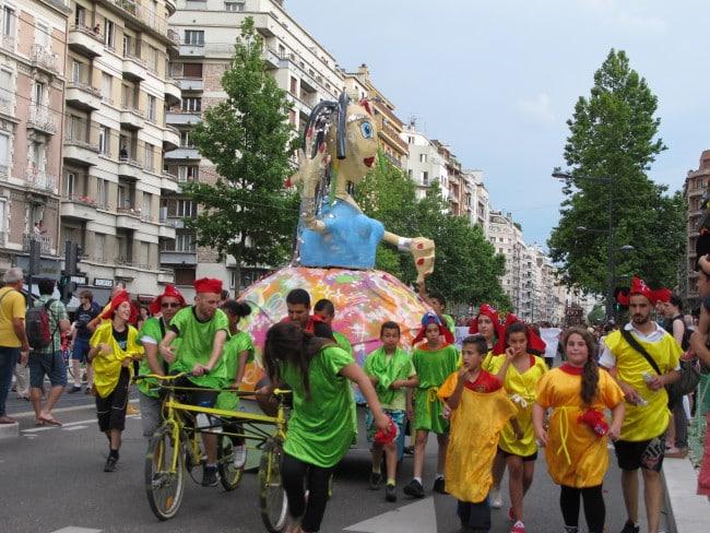 Défilé des géants lors de la fête des tuiles 2015 sur le cours Jean Jaurès à Grenoble. © Séverine Cattiaux - placegrenet.fr