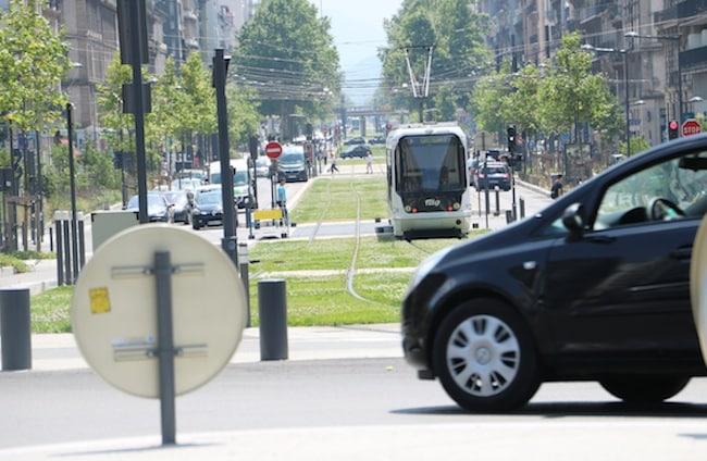 Tram cours Jean-Jaurès : pic pollution air, gratuité transports en commun Grenoble. © Patricia Cerinsek - placegrenet.fr