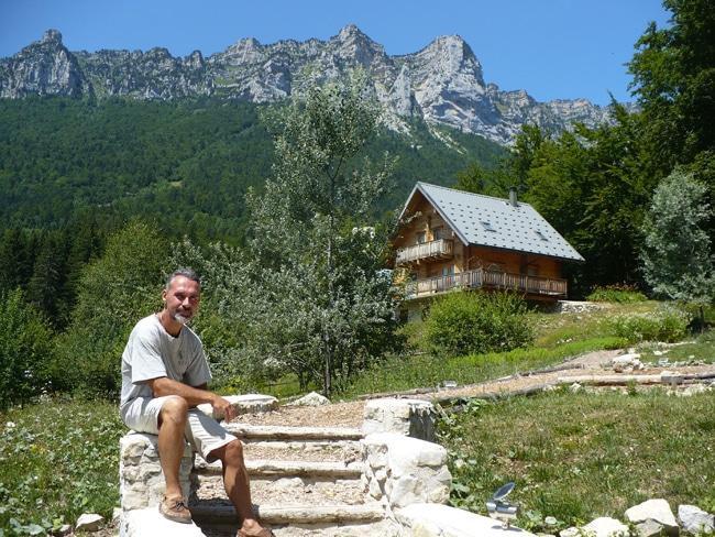 Frédéric Desautel, directeur du centre écotouristique L'évasion au Naturel devant un des chalets du centre- Delphine Chappaz